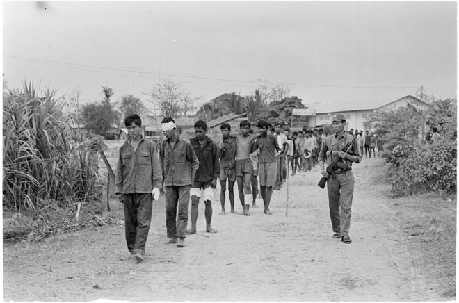 Chuyện làm phim về Khmer Đỏ: Hãy để những hình ảnh khủng khiếp này nói lên sự thật - Ảnh 2.