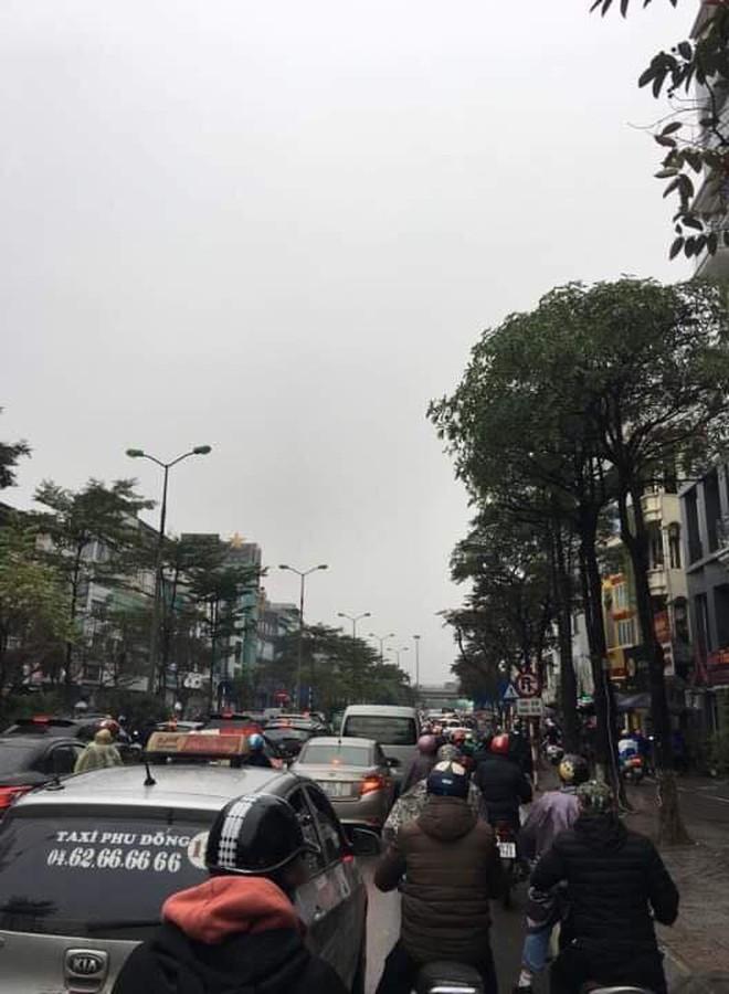 Tắc đường kinh hoàng ở Hà Nội sáng nay: Qua 20 cái đèn xanh rồi mà vẫn không thể di chuyển - ảnh 9