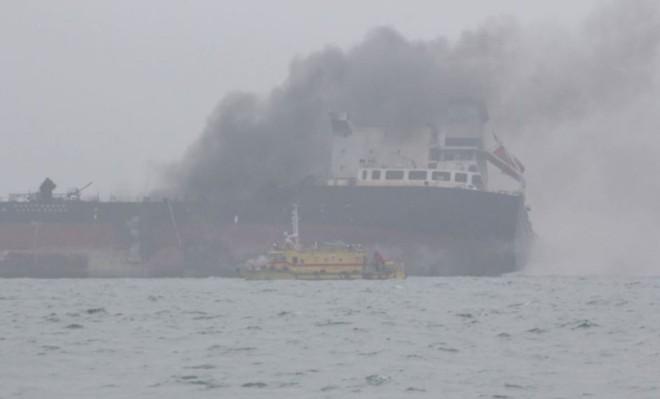 Cận cảnh tàu chở dầu treo cờ Việt Nam sau khi cháy ngùn ngụt ngoài khơi Hong Kong - Ảnh 6.