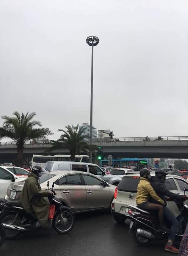Tắc đường kinh hoàng ở Hà Nội sáng nay: Qua 20 cái đèn xanh rồi mà vẫn không thể di chuyển - ảnh 8
