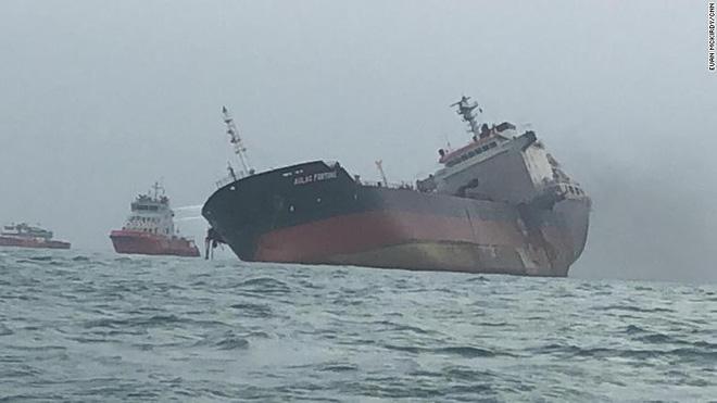 Cận cảnh tàu chở dầu treo cờ Việt Nam sau khi cháy ngùn ngụt ngoài khơi Hong Kong - Ảnh 7.