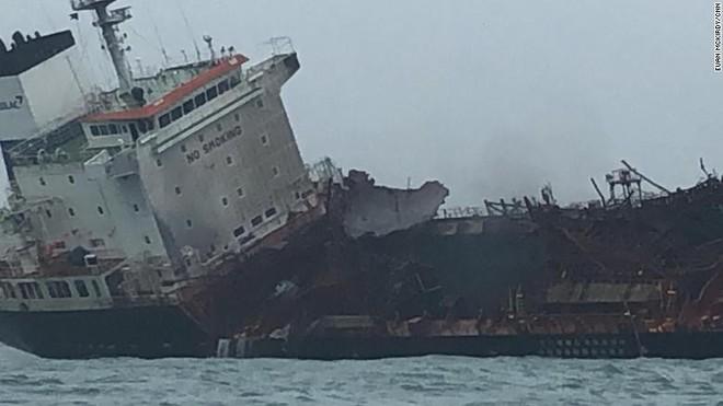 Cận cảnh tàu chở dầu treo cờ Việt Nam sau khi cháy ngùn ngụt ngoài khơi Hong Kong - Ảnh 8.