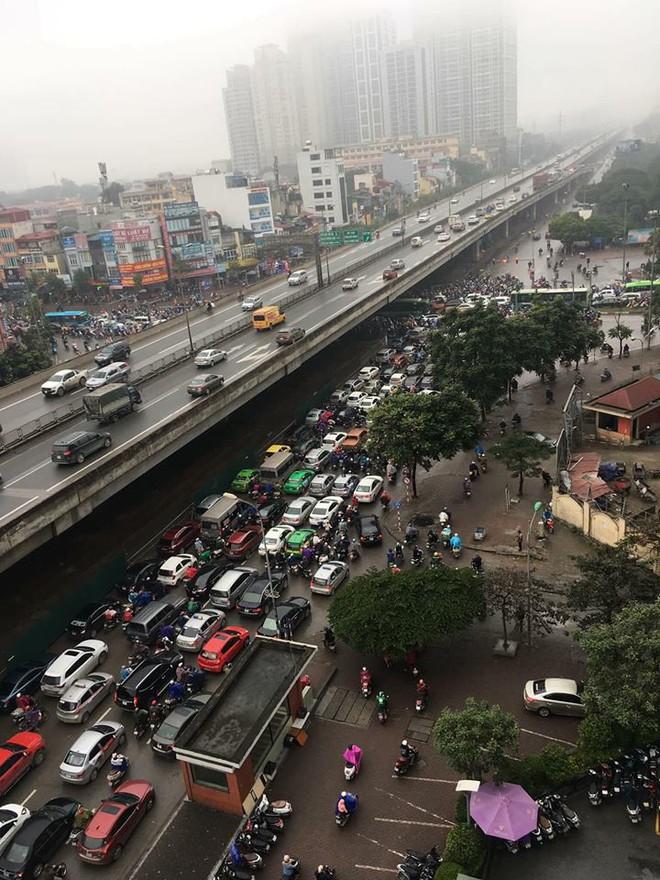 Tắc đường kinh hoàng ở Hà Nội sáng nay: Qua 20 cái đèn xanh rồi mà vẫn không thể di chuyển - ảnh 5