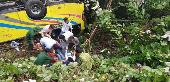 Hiện trường kinh hoàng vụ xe khách chở hàng chục sinh viên lao xuống vực sâu ở đèo Hải Vân - Ảnh 4.