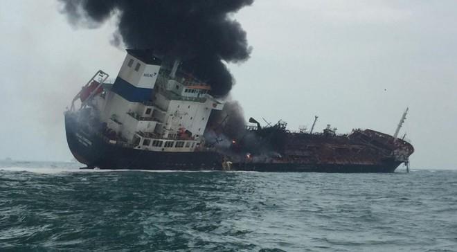 Cận cảnh tàu chở dầu treo cờ Việt Nam sau khi cháy ngùn ngụt ngoài khơi Hong Kong - Ảnh 4.