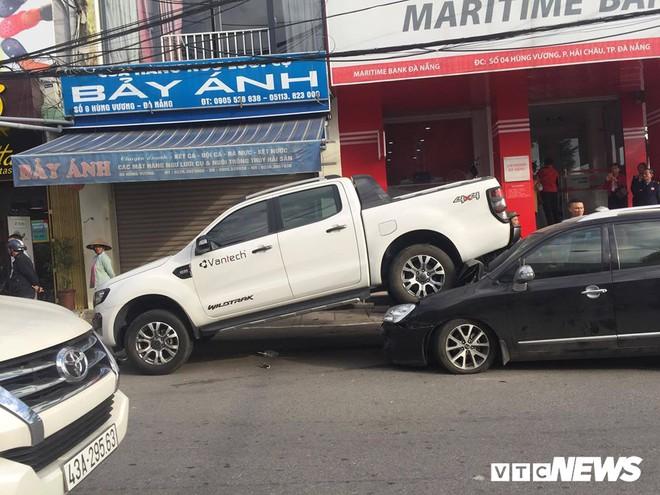 Xe 'điên' lùi 30m đâm liên hoàn 2 xe máy và xe hơi đang đậu bên lề đường ở Đà Nẵng - Ảnh 2.