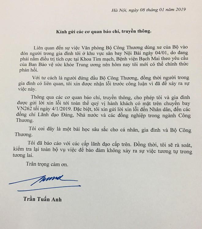 Bộ trưởng Trần Tuấn Anh xin lỗi sau vụ ô tô biển xanh đón người thân tại cầu thang máy bay - Ảnh 1.