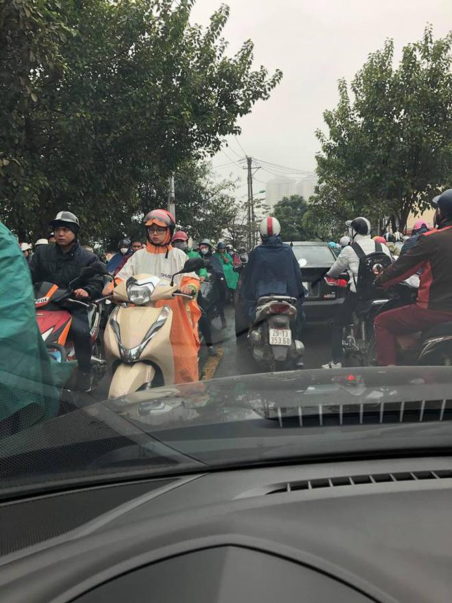 Tắc đường kinh hoàng ở Hà Nội sáng nay: Qua 20 cái đèn xanh rồi mà vẫn không thể di chuyển - ảnh 11