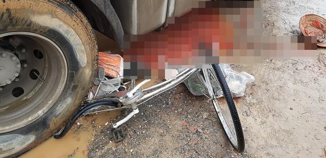 Người phụ nữ bị xe đầu kéo chèn qua, dân mạng tích cực chia sẻ clip để tìm thân nhân - Ảnh 2.