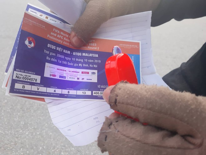 """Vé trận Việt Nam vs Malaysia tại chợ đen """"hạ nhiệt"""", dân phe như ngồi trên đống lửa - Ảnh 11."""