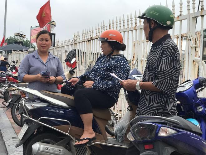 """Vé trận Việt Nam vs Malaysia tại chợ đen """"hạ nhiệt"""", dân phe như ngồi trên đống lửa - Ảnh 1."""