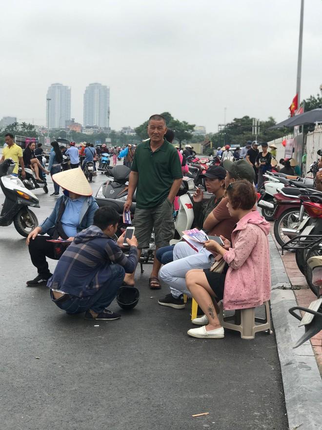 """Vé trận Việt Nam vs Malaysia tại chợ đen """"hạ nhiệt"""", dân phe như ngồi trên đống lửa - Ảnh 4."""