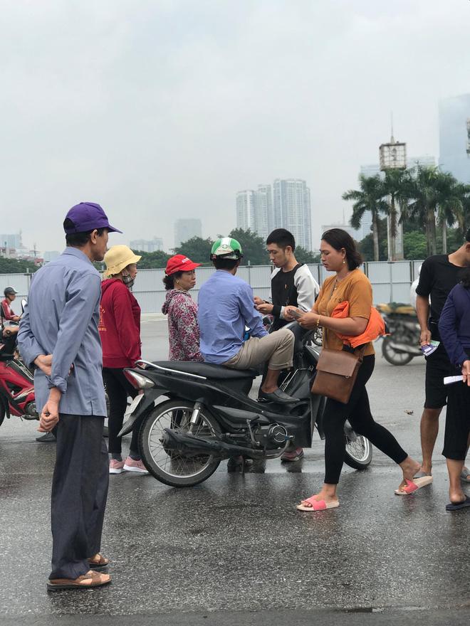 """Vé trận Việt Nam vs Malaysia tại chợ đen """"hạ nhiệt"""", dân phe như ngồi trên đống lửa - Ảnh 7."""