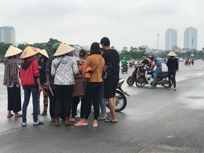 """Vé trận Việt Nam vs Malaysia tại chợ đen """"hạ nhiệt"""", dân phe như ngồi trên đống lửa - Ảnh 8."""