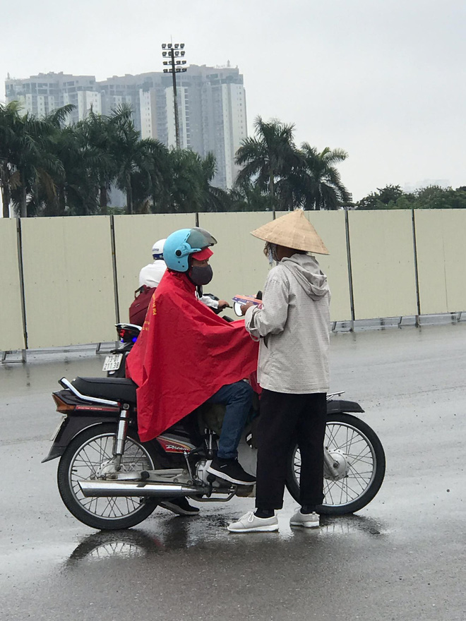 """Vé trận Việt Nam vs Malaysia tại chợ đen """"hạ nhiệt"""", dân phe như ngồi trên đống lửa - Ảnh 2."""