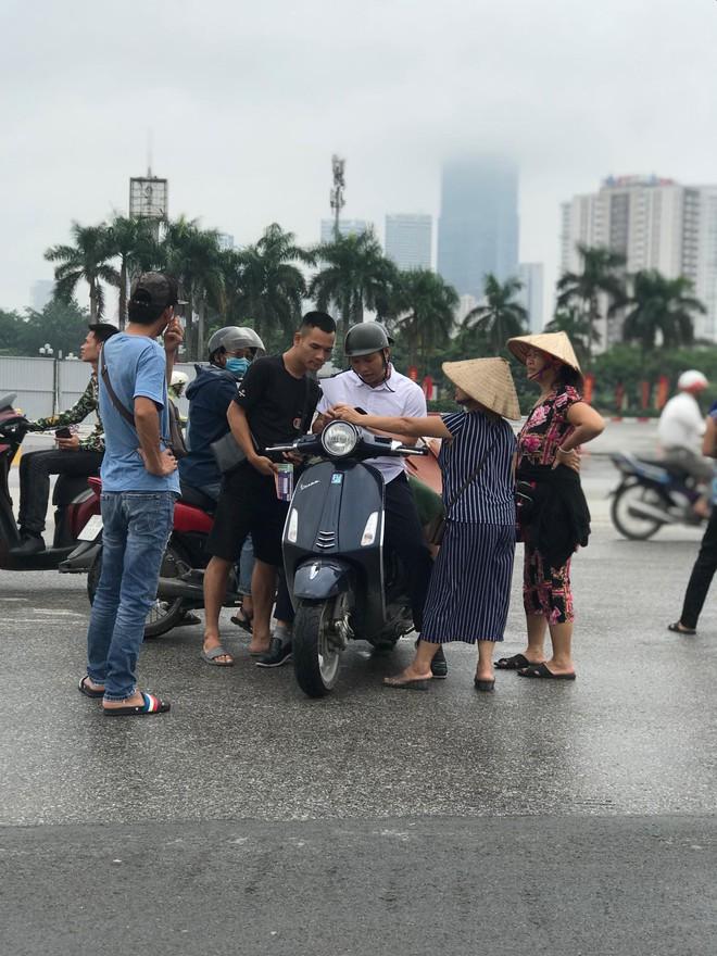 """Vé trận Việt Nam vs Malaysia tại chợ đen """"hạ nhiệt"""", dân phe như ngồi trên đống lửa - Ảnh 9."""