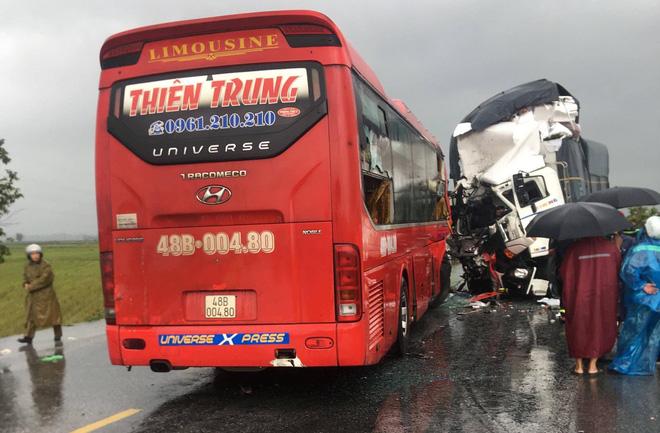 Xe tải đấu đầu xe khách khiến 1 người chết, hàng chục người bị thương - Ảnh 1.