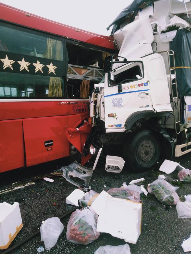 Xe tải đấu đầu xe khách khiến 1 người chết, hàng chục người bị thương - Ảnh 2.