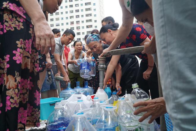 Cảnh hì hục đội mưa, hứng nước sạch xách lên tầng ở chung cư HH Linh Đàm - Ảnh 3.