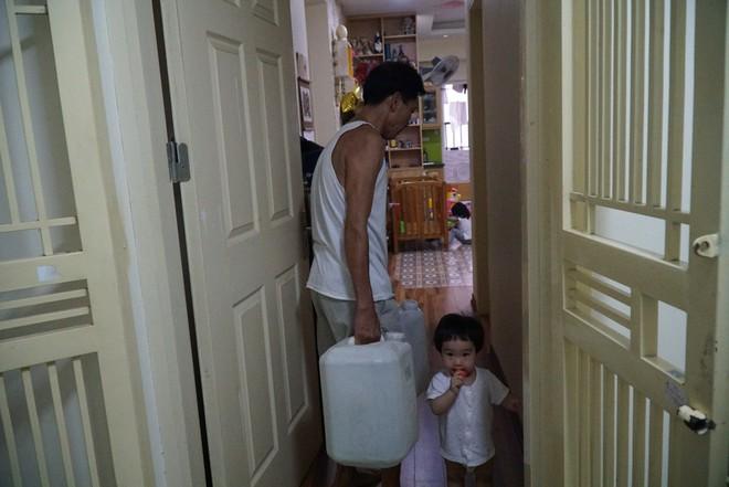 Cảnh hì hục đội mưa, hứng nước sạch xách lên tầng ở chung cư HH Linh Đàm - Ảnh 7.