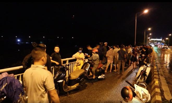 Cả trăm người trắng đêm tìm kiếm nam thanh niên để xe máy trên cầu nghi nhảy sông tự tử - Ảnh 2.