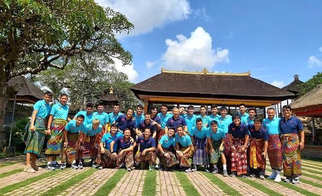 Hạ xong Indonesia, thầy Park khiến fan bật cười với trang phục lạ khi tham quan đảo Bali - Ảnh 2.