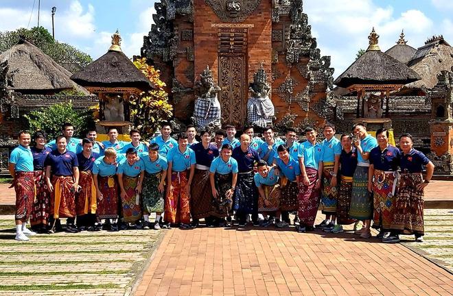Hạ xong Indonesia, thầy Park khiến fan bật cười với trang phục lạ khi tham quan đảo Bali - Ảnh 1.