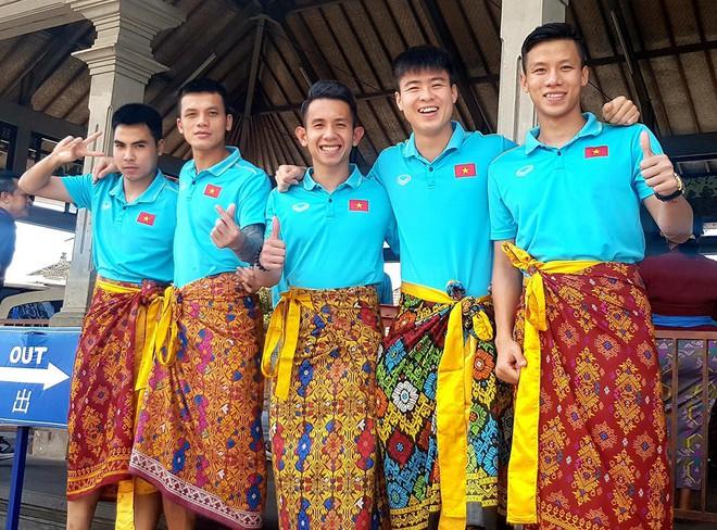 Hạ xong Indonesia, thầy Park khiến fan bật cười với trang phục lạ khi tham quan đảo Bali - Ảnh 5.