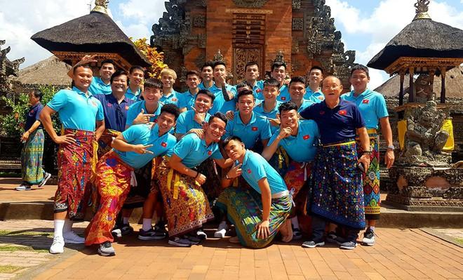 Hạ xong Indonesia, thầy Park khiến fan bật cười với trang phục lạ khi tham quan đảo Bali - Ảnh 3.