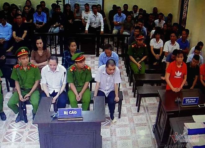 Gian lận thi cử ở Hà Giang: Bí ẩn con lợn nhựa bị cáo Lương gửi nhà mẹ vợ trước khi bị bắt - Ảnh 2.