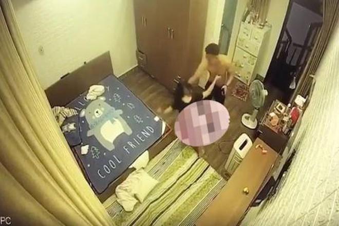 Người phụ nữ ở Hải Phòng bị chồng hờ đánh từ tầng 4 xuống tầng 1, xé quần áo quay clip - Ảnh 1.