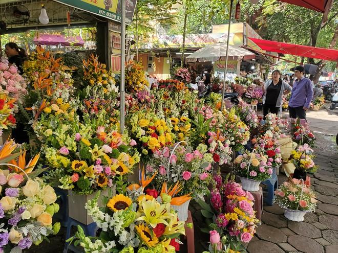 Bó hoa trăm bông hồng cháy hàng 20/10, dân buôn làm đến 2h sáng không hết việc - Ảnh 1.