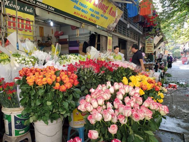 Bó hoa trăm bông hồng cháy hàng 20/10, dân buôn làm đến 2h sáng không hết việc - Ảnh 2.