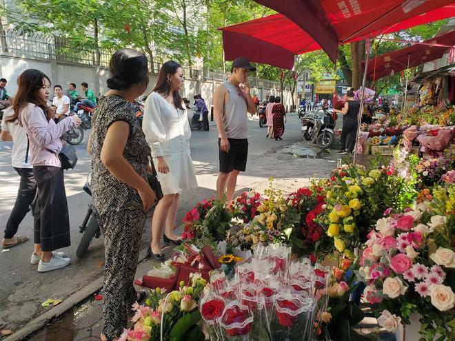 Bó hoa trăm bông hồng cháy hàng 20/10, dân buôn làm đến 2h sáng không hết việc - Ảnh 3.