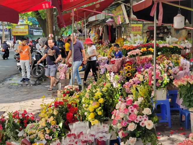 Bó hoa trăm bông hồng cháy hàng 20/10, dân buôn làm đến 2h sáng không hết việc - Ảnh 4.