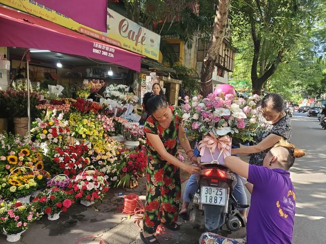 Bó hoa trăm bông hồng cháy hàng 20/10, dân buôn làm đến 2h sáng không hết việc - Ảnh 6.