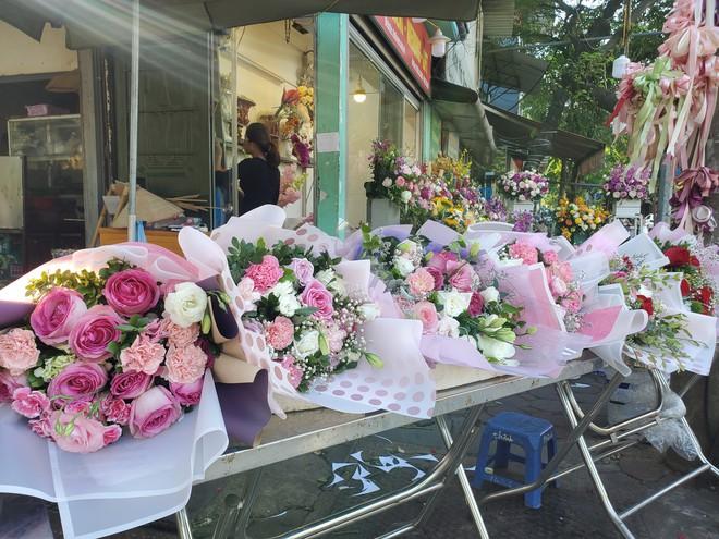 Bó hoa trăm bông hồng cháy hàng 20/10, dân buôn làm đến 2h sáng không hết việc - Ảnh 10.