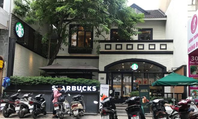 Sau sự cố nước dính dầu thải, các cửa hàng Starbucks đồng loạt mở cửa trở lại
