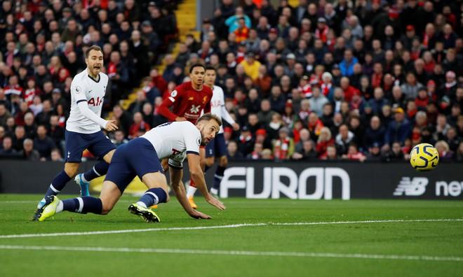 Vận may gõ cửa, Liverpool xây chắc ngôi đầu bảng bằng trận thắng nhọc trước Tottenham - Ảnh 1.