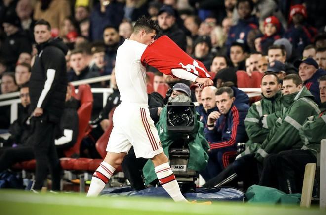 Chửi CĐV Arsenal, Xhaka bị tước băng đội trưởng - Ảnh 2.