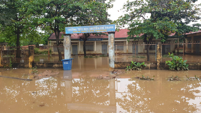 Sạt lở hơn 100m đường, 300 nhà dân chìm trong biển nước, nguy cơ vỡ đập thủy lợi ở Đắk Lắk - Ảnh 2.
