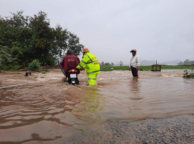 Sạt lở hơn 100m đường, 300 nhà dân chìm trong biển nước, nguy cơ vỡ đập thủy lợi ở Đắk Lắk - Ảnh 8.