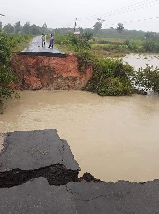 Sạt lở hơn 100m đường, 300 nhà dân chìm trong biển nước, nguy cơ vỡ đập thủy lợi ở Đắk Lắk - Ảnh 4.