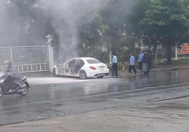 Xế sang Mercedes bốc cháy trên đường Hà Nội, cảnh sát đến dập lửa không thấy chủ nhân đâu - Ảnh 2.