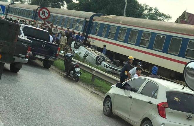 Bất cẩn băng qua đường sắt đúng lúc tàu tới, nữ tài xế ở Nghệ An thiệt mạng  - Ảnh 2.