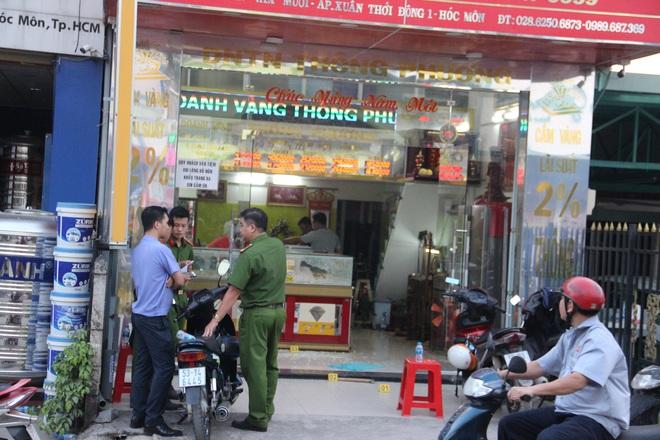 Khởi tố nhóm đối tượng dùng súng cướp tiệm vàng ở huyện Hóc Môn - Ảnh 3.