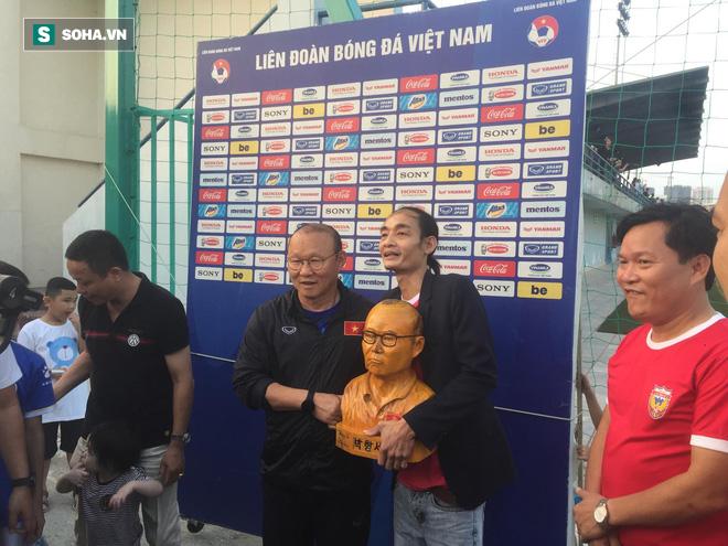 Trước ngày đấu Thái Lan, thầy Park xúc động mạnh khi nhận món quà bất ngờ từ CĐV Việt Nam - Ảnh 1.
