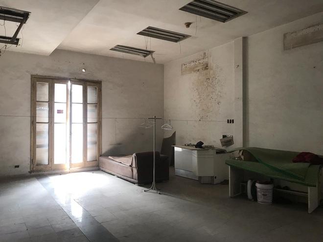 Bên trong căn biệt thự kiểu Pháp hoang tàn trên đất vàng Hà Nội trở thành nơi gửi xe - Ảnh 14.