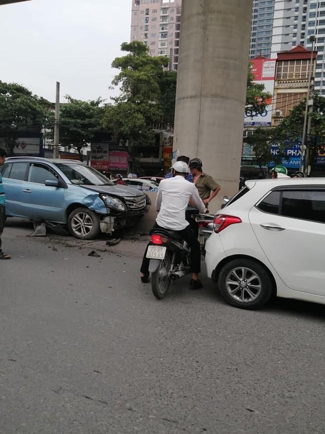 Nghi tài xế ngủ gật lái ô tô đâm liên hoàn trên đường Hà Nội, 3 người bị thương - Ảnh 2.
