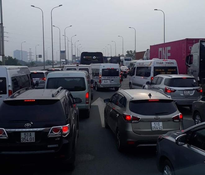 Ô tô 7 chỗ tông dải phân cách trên cao tốc, 3 người bò ra kêu cứu, giao thông ùn tắc ở Sài Gòn - Ảnh 1.